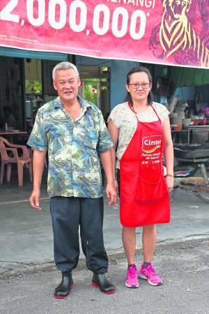 何顺财和妻子煮出浓浓乡情味的美食。