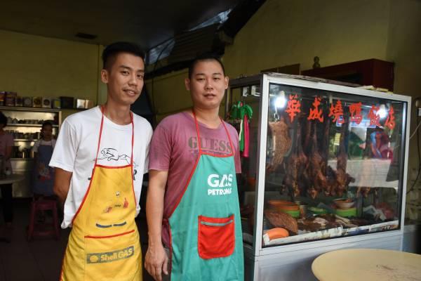陈庆集及陈庆进一起打理这间烧鸭饭店,并坚持用椰壳来烧鸭。