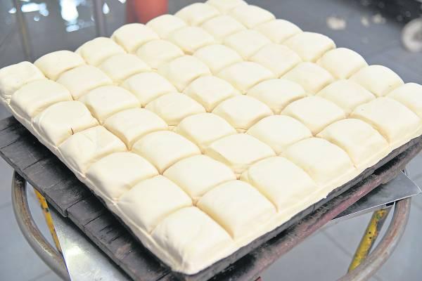 豆腐制作好后,等待切割做豆腐卜。