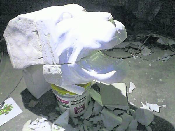 利用强力胶拼凑成所需的体积,再以刀片雕塑出所设计的造型。