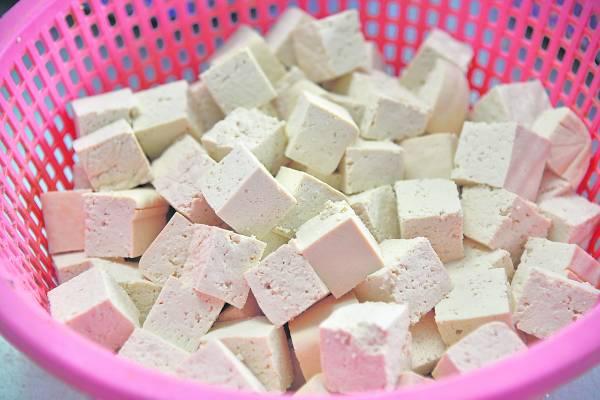 将一块块大块的豆腐切成一小块,准备放去热锅炸。