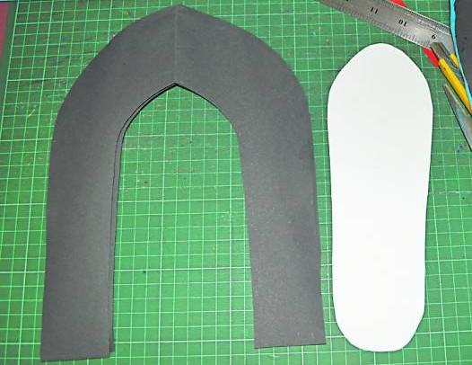 根据报纸所剪下来的纸模,剪裁出一样大小的鞋身和鞋垫。