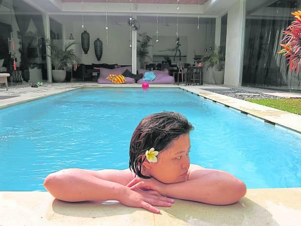 私人度假别墅里多有独立泳池,而吴美錡早上起来第一件事就是泡在泳池来个晨泳。