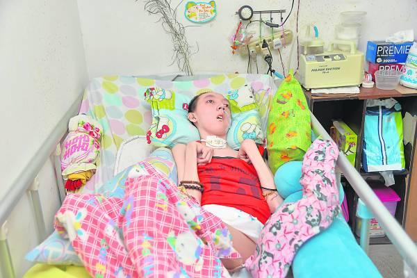 钟凯晟未患上软骨症前,可是精灵活泼,如今只能卧病在床,生活也无法自理,见者心酸。