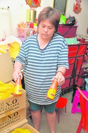 XO辣椒酱老板善心伸出援手,提供辣椒酱让蔡春珠在家做生意,养活一家人。