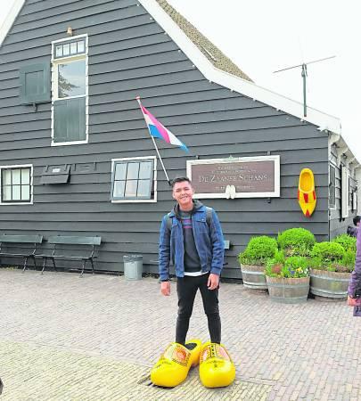 在Zaanse Schans一定要去穿这大大双的木屐鞋拍照。