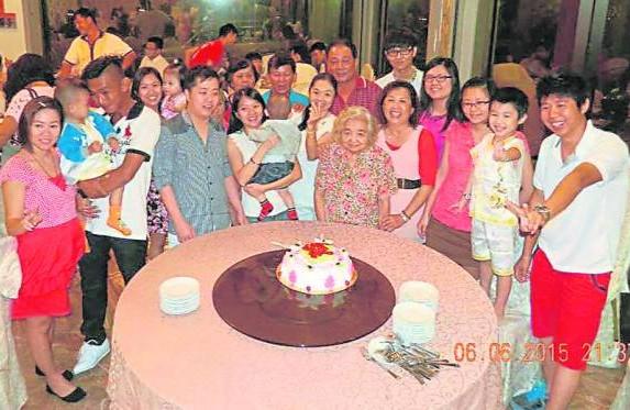 四代同堂为郑赛英庆祝80 大寿,幸福满溢。