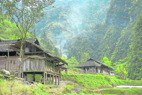"""湖南省桑植县土家族聚居的张家湾村,由于被大山隔开,村里的人基本上过着""""与世隔绝""""的生活。"""