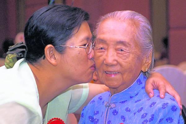 与外婆在她97岁大寿上,珍贵的合影。(感谢《星洲日报》提供照片)
