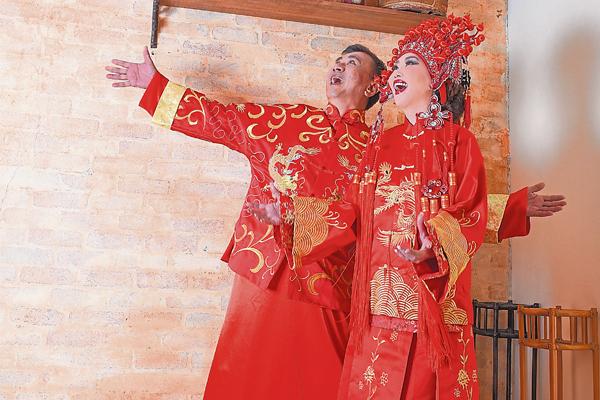穿上龙凤袍,算是圆了粉丝们对他们那份情缘的期盼。