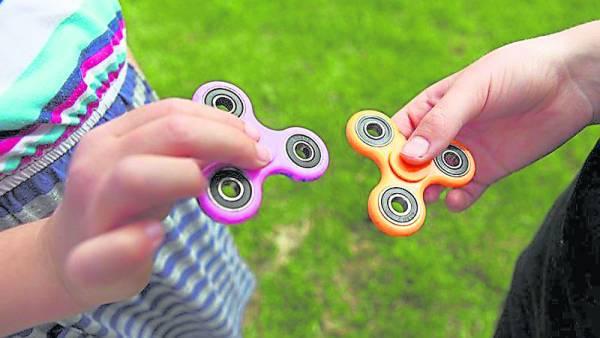 """""""指尖陀螺""""是一种玩法类似传统陀螺的掌上游戏,外形类似直升机的三角或直线型螺旋桨,中间是一个轴承,手指稍微使力,陀螺就会旋转。"""