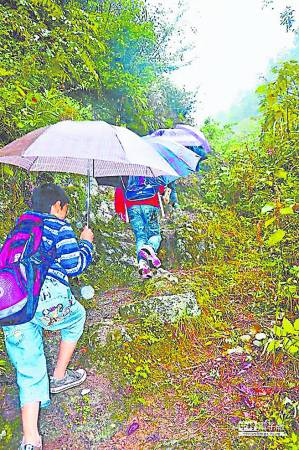 在这段路旁边就是几十米深的峡谷陡峭的山崖,在雨中行走可是很辛苦的。