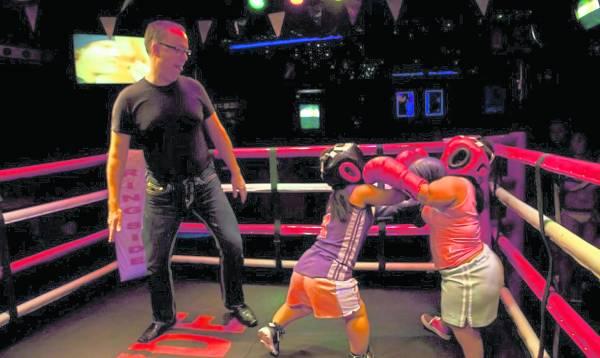 擂台巨人:在酒吧里的侏儒拳击赛,一星期进行好几个晚上,有男单打,也有男女混合赛。