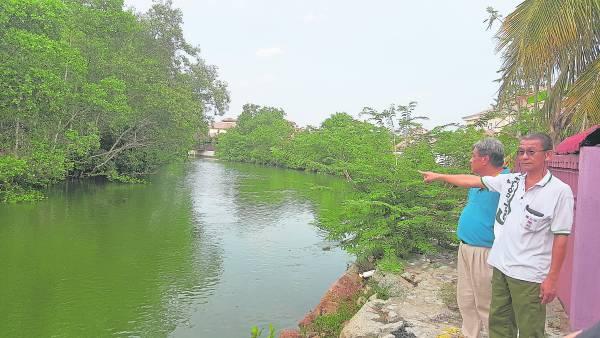 大二爷伯童身陈师父指着豪宅后河的对岸,表示那里聚集了许多好兄弟,还有恐怖的河魔。