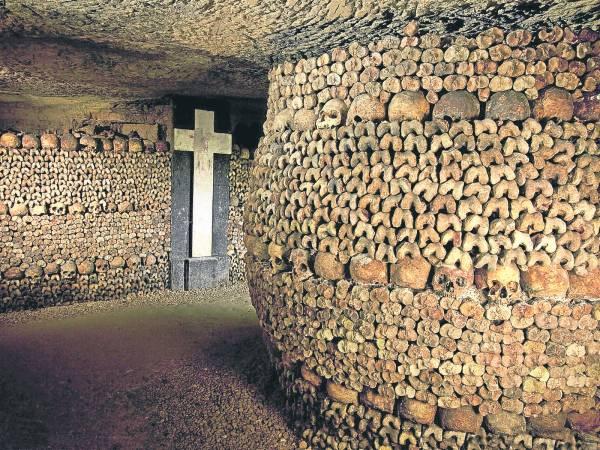 """是谁也没想到,在巴黎地底下竟然是600万亡魂的栖身之所,更夸张的是,它们的骨骸并不是整齐的躺在棺木里,不管是头骨还是大腿骨,全都被拿出来堆成一道道的""""人骨墙""""。"""