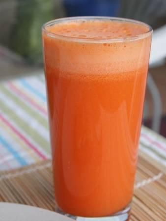 网络有一篇热帖,就是把马铃薯、红萝卜和苹果三合一榨成果汁,竟可以控制癌细胞,而且对肝硬化还有很好的疗效。到底这个三合一果汁是不是真的有如此神奇的疗效呢?