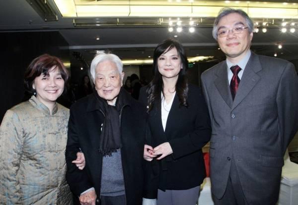 平鑫涛(左二)与子女平莹(右二)、平云(右一)、平珩(左一)合影。