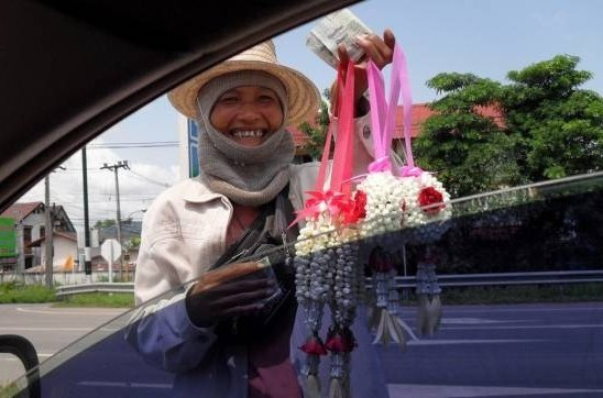 幸运花环:在曼谷闹市,经常可见花贩向车主兜售花环,而许多车子或巴士都挂着这花环,希望能带来幸运能量。