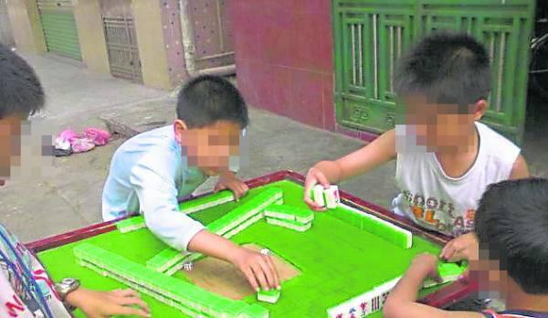让小孩从小接触赌博,长大后后果将会不堪设想。
