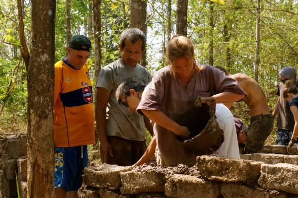 自己动手:教导学员如何用土砖建房,京泰哥现在是大师了。