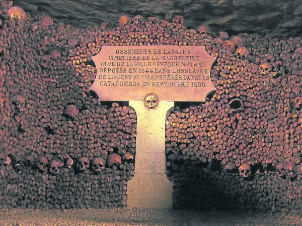 """墓穴里所有的骨头都没有标注死者姓名,石壁上只是刻了几行文字,说明这""""一堆""""死者的年份。"""