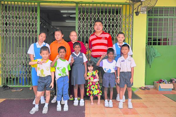 胡景椲是孩子们的「爸爸」,无论大小事务还是中心办活动都是由他一手包办。