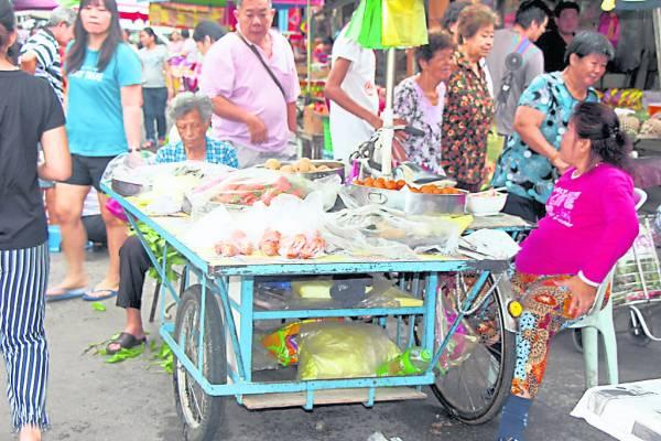 """布先村镇有个特别名称为""""糕果之乡"""",早晨可见到村民们摆卖着各类糕果。"""