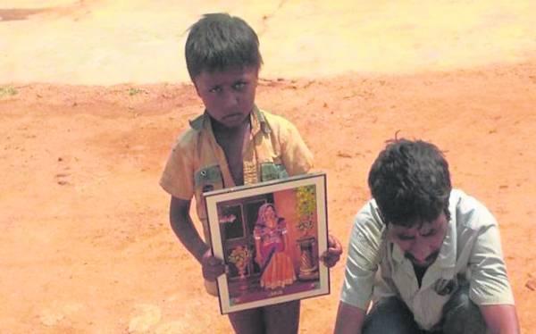 塔利亚·科拉(右)是村里仅剩的成年男子,他的妻子也因车祸而死了。