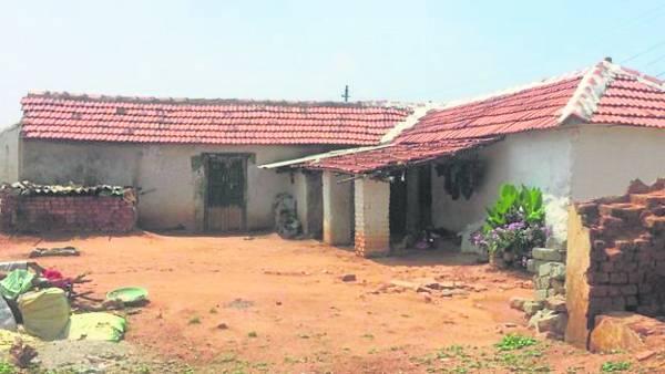 男主人死了,女主人带着孩子离开了,村里有些房子已经被废弃。