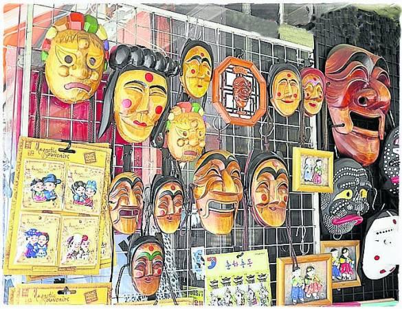旅途中,谨慎购买面具作手信。