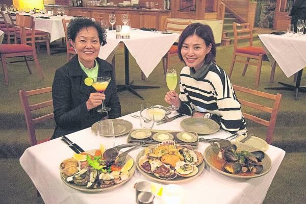 满桌子美味的海鲜,搭配美酒香槟,好吃到让人停不了口。