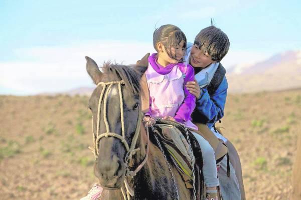 卡洛护送妹妹上学,小心翼翼骑马走过不平稳的石头路与涉过溪流。