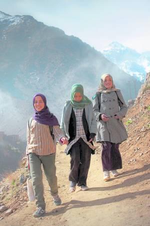 莎希拉去上学得翻山越岭,幸好有两位女同学结伴,三个努力爬山路只为学得更多知识。