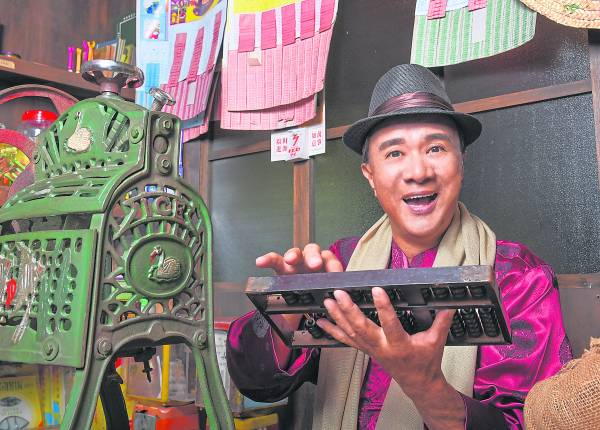 专注花店生意的康乔,每天定时开店关店,不断钻研花卉的艺术,如今的他非常享受这种模式的生活作息。
