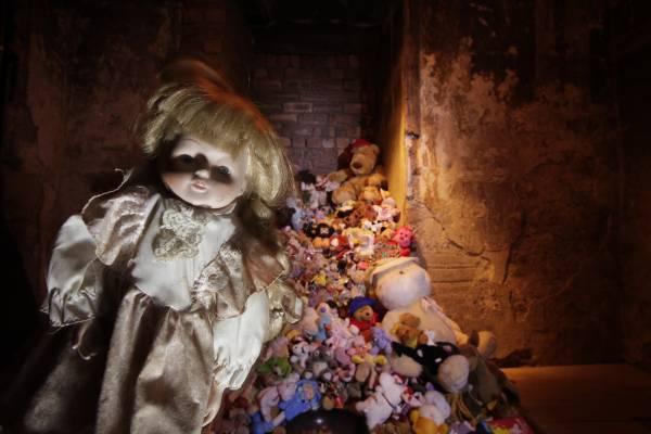 """有些前来玛丽金街观光的游客会带一些洋娃娃给""""安妮"""",据传她是在1645年被父母遗弃在这里。"""
