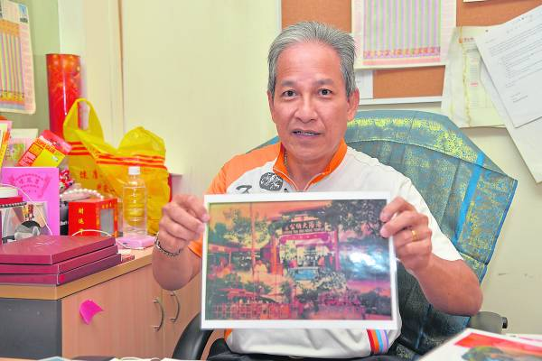 大伯公理事之一Jeffrey向本报展示被大火烧毁前的大伯公古庙。