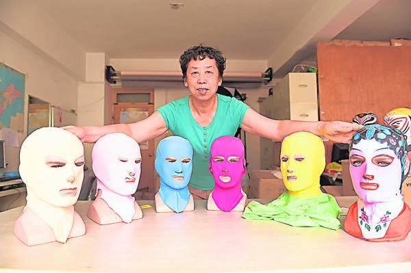 张式范与她发明的六代脸基尼(从左到右)的合照。