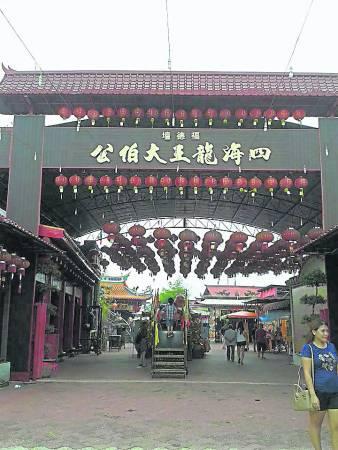 """来到峇株巴辖这座富丽堂皇的四海龙王大伯公庙,在入庙拜神前需要经过多个""""好运净化站"""",去除身上所有秽气,让你带着旺气回家!"""