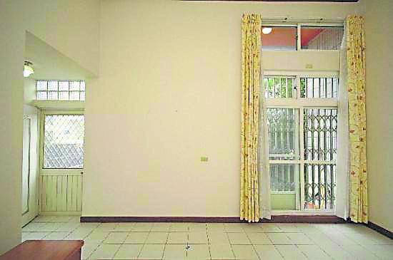 一间屋子只能有一个大门! 若一间屋子设有两个大门,就会形成哭门煞,也会随时引来口舌之争。