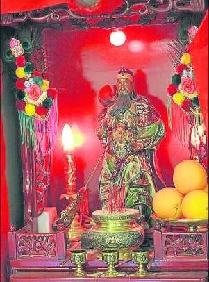 """供奉一尊阳神,如关公、天神、四面神等,让神代替人接受""""香火""""(即烟囱),可巧妙化解""""三香煞""""带来的破坏与冲击。"""