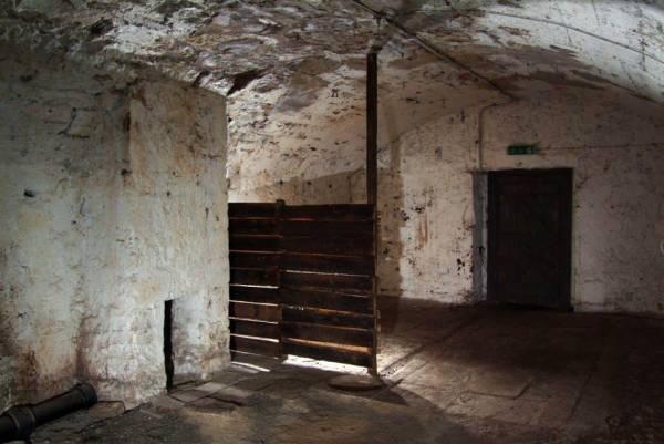 玛丽金街是16世纪贫民聚居区的一条地下街,传说1645年因黑死病爆发,而感染了瘟疫的家庭被用砖头封门活活饿死。