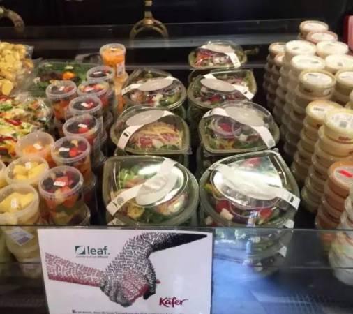 有一些超商开始使用树叶餐盘,提倡环保概念。