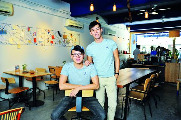 Roland(左)与Danny(右),将现代与本土文化结合在咖啡馆里。