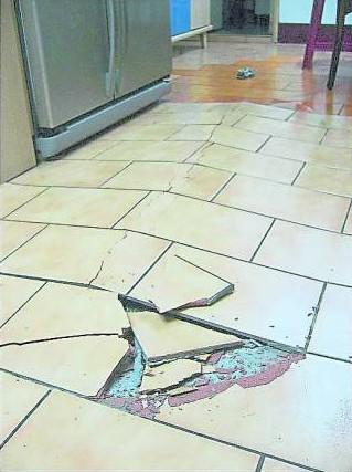 地板瓷砖爆裂,屋主运势将会走下坡,家运也会渐渐衰败。