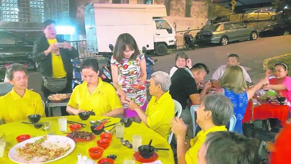 老人家会常常受邀到商家的餐厅用餐,感受人间温情。