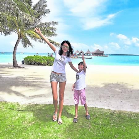 Amber和儿子Ashton享受在沙滩上开心玩乐,感受大自然的美。