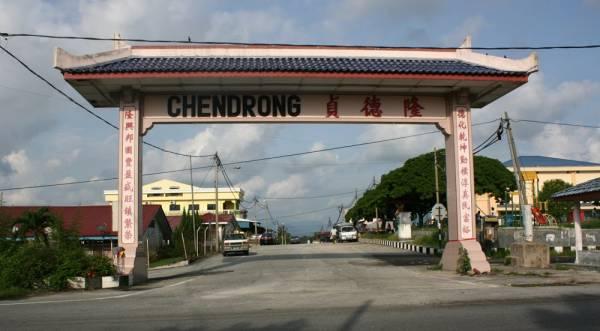 """过了这""""城门""""就到了贞德隆新村,纯朴的新村散发出浓浓的人情味"""