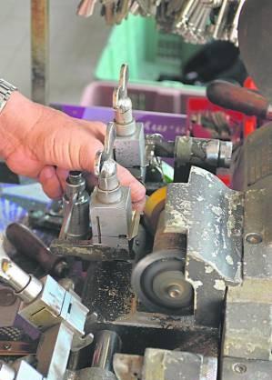 将匙片夹在机器的机座上,校正夹端,开始打磨。