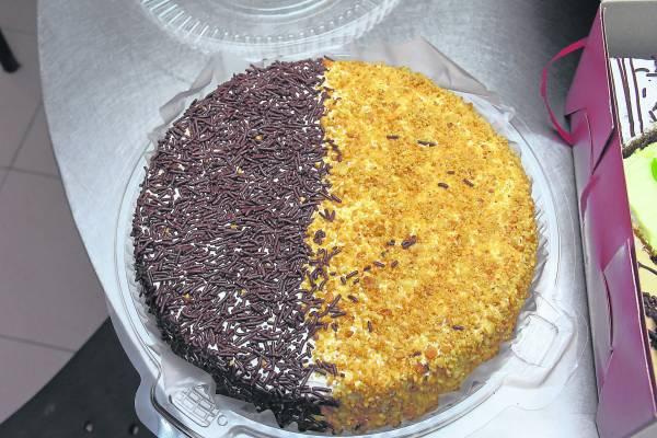 巧克力米&花生碎组合而成的鸳鸯蛋糕,绝对是人气代表。