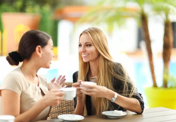 与年纪相若的朋友互相分享更年期的点滴,烦恼在谈笑间顷刻消失。
